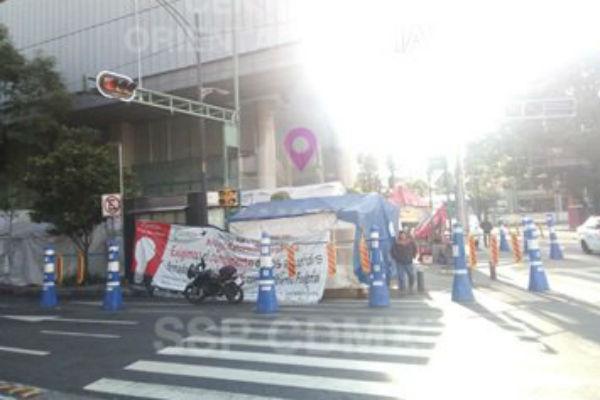 Los manifestantes mantienen un plantón afuera de las oficinas de la Secretaría de Energía. FOTO: ESPECIAL