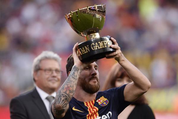 Messi levantó el Trofeo Joan Gamper que ganó con el Barcelona. FOTO: AFP