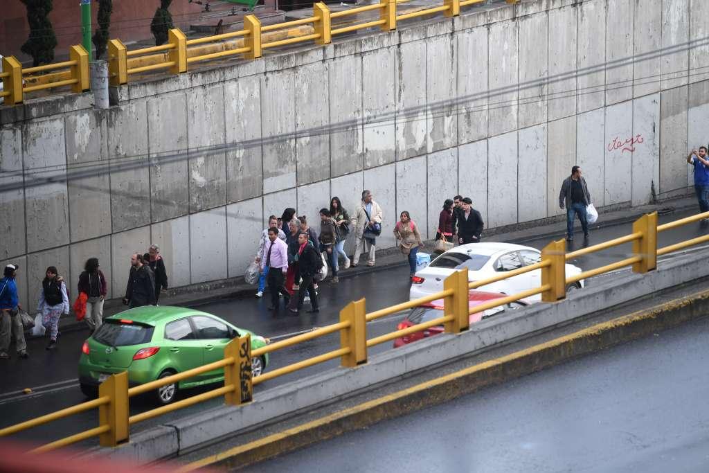 Usuarios del trolebús de la línea A salen del paso a desnivel caminado debido a una falla. FOTO Bernardo Coronel / El Heraldo de México