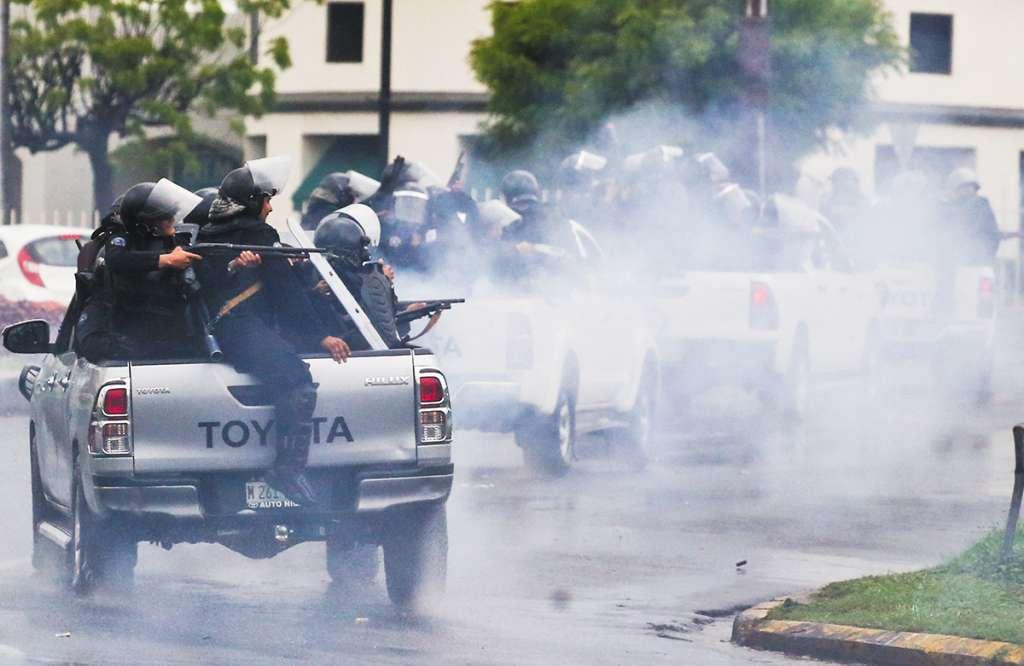 Elementos de la policía nicaragüense dispararon a estudiantes que protestaban contra Ortega (mayo pasado). FOTO: MANAGUA
