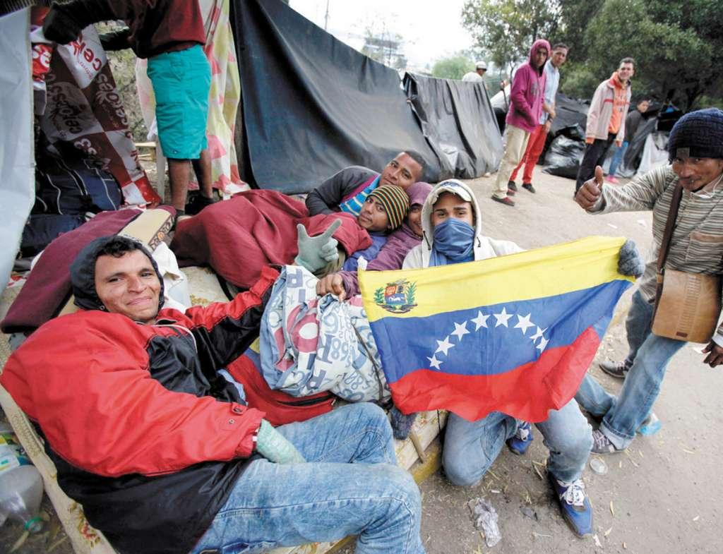 ÉXODO. Venezolanos acampan en Ecuador, con el objetivo de seguir su camino hacia Perú. FOTO: EFE