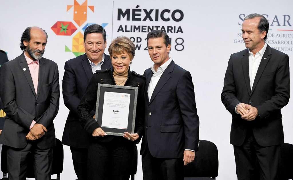 RECONOCIMIENTO. El presidente Enrique Peña Nieto entregó un diploma a Lolita Ayala. FOTO: PABLO SALAZAR