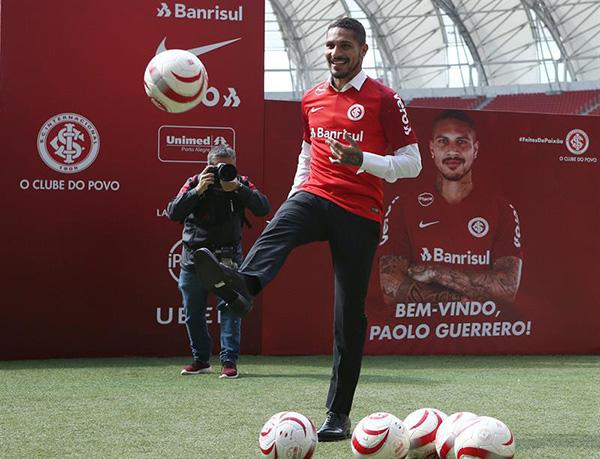 El Internacional presentó oficialmente al delantero peruano como su refuerzo el pasado 15 de agosto. FOTO: EFE