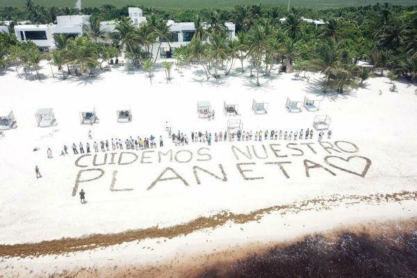 Amor, paz, fueron algunas otras frases que escribieron en la arena y que se tomaron fotos con algún dron. FOTO: ESPECIAL