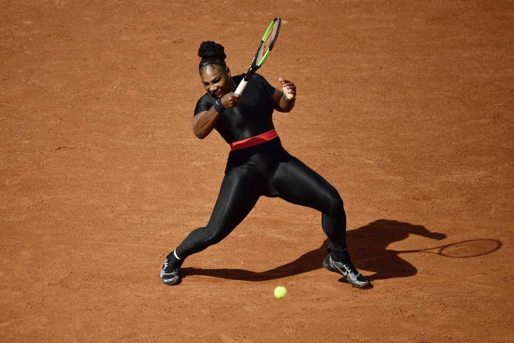 La tenista no podrá volver a usar el ajustado traje negro en el Abierto de Francia (Foto: AFP)