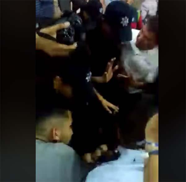 Panistas y policías protagonizaron una trifulca en Monterrey. FOTO: ESPECIAL