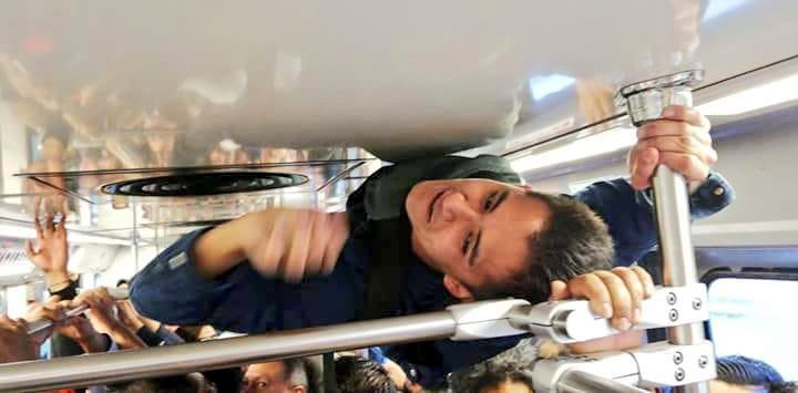 VIDEO: Hombre viaja pegado al techo del Metro para no llegar tarde a su trabajo