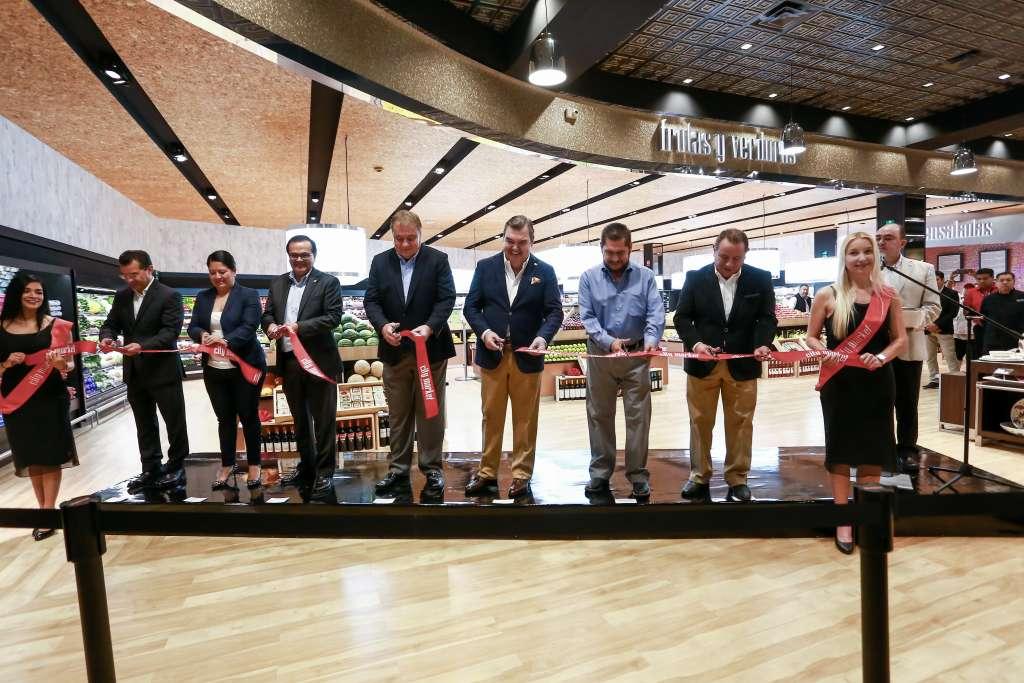 CORTE DE LISTÓN. Directivos del grupo La Comer y del Ayuntamiento de Morelos inauguraron la nueva tienda del corporativo (Foto: YAZ RIVERA)