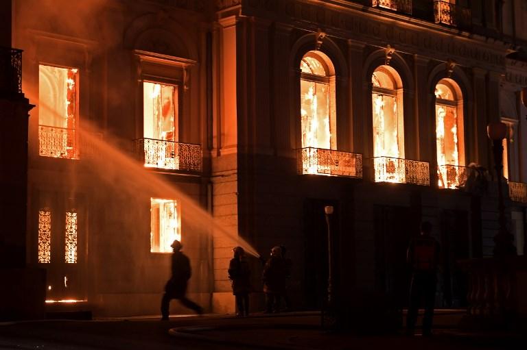 Incendio consume el Museo Nacional de Río de Janeiro,  uno de los más antiguos de Brasil. Foto: AFP