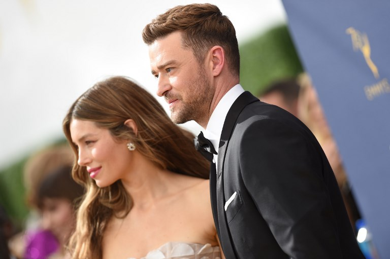La actriz Jessica Biel  y Justin Timberlake llegan a la ceremonia número 70 de los Emmy en el Teatro Microsoft de Los Ángeles, California.  FOTO: AFP / VALERIE MACO