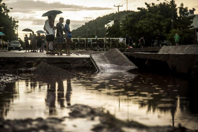 Las lluvias que trajo la tormenta tropical 19-E, que ayer miércoles arrojó cuantiosas afectaciones a Ahome y otros municipios del norte de Sinaloa, se extendieron este jueves a la zona centro del estado, sobretodo en Culiacán, donde hasta el momento se reportan arroyos desbordados, vehículos arrastrados y viviendas inundadas. FOTO: AFP