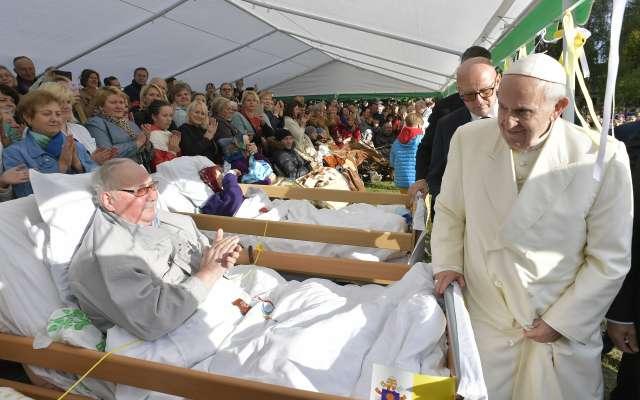 ENCUENTRO. En Lituania, el papa Francisco visitó ayer a enfermos y discapacitados. Foto: AFP
