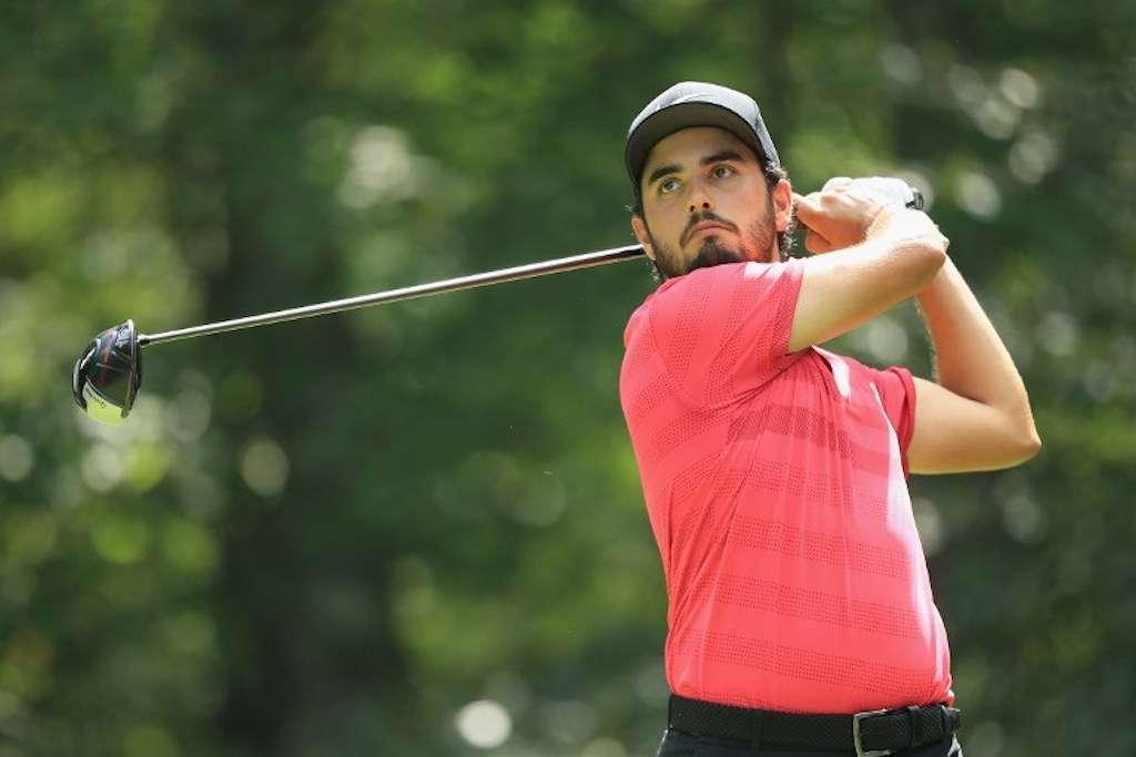 Abraham Ancer de México juega su tiro desde el segundo tee durante la ronda final. Foto: AFP