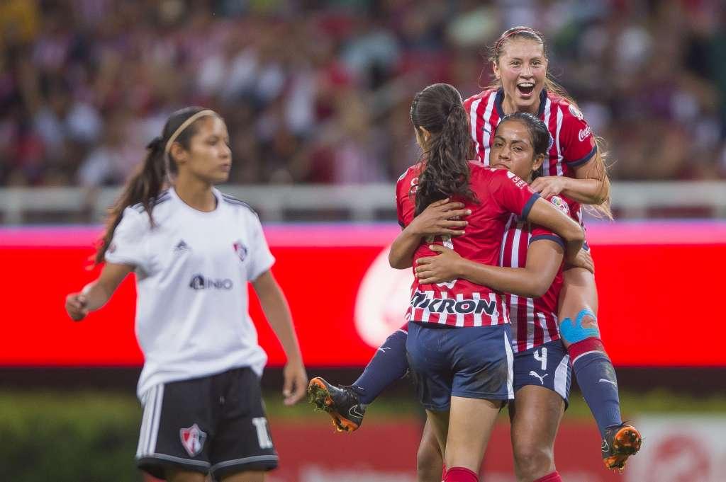 FESTEJO. Las Chivas tienen la cuarta mejor ofensiva del torneo con 20 tantos. Foto: Mexsport