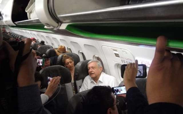 Andrés Manuel López Obrador, presidente electo de México, durante su espera para el despegue de su vuelo comercial rumbo a la capital del País, el cual se retrasó por más de cuatro horas. Foto: Cuartoscuro.com