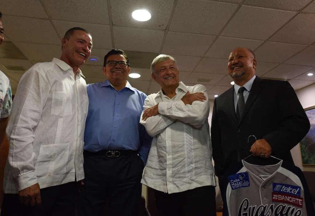 Andrés Manuel López Obrador, presidente electo de México, sostiene un encuentro con el gobernador de Sinaloa Quirino Ordaz Coppel en el Palacio de gobierno donde también se reunió con Fernando Valenzuela. NOTIMEX