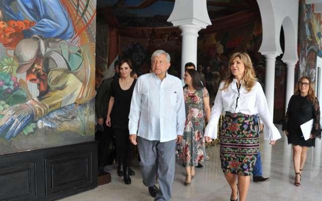 López Obrador al salir de su reunión con la gobernadora Claudia Pavlovich. FOTO: NOTIMEX