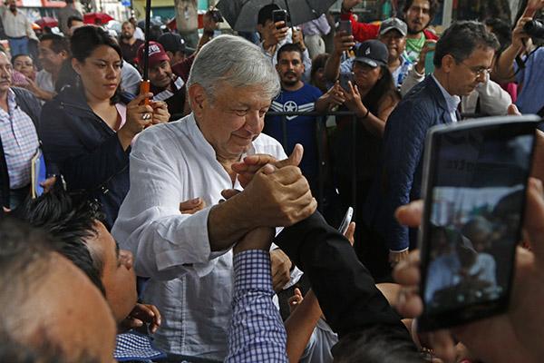 El presidente electo de México, Andrés Manuel López Obrador, durante en su gira de agradecimiento. FOTO: CUARTOSCURO