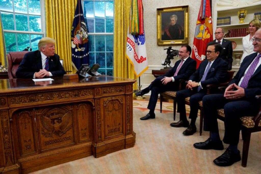 Luis Videgaray e Ildefonso Guajardo, secretarios de Relaciones Exteriores y de Economía, respectivamente, se reunieron don Donald Trump, presidente de Estados Unidos, tras lograr acuerdo comercial entre ambas naciones. Foto: Cuartoscuro