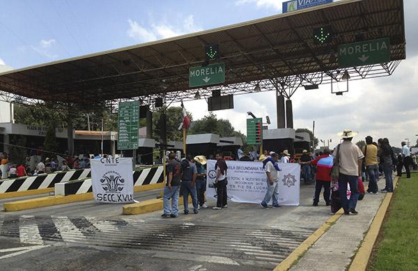 Profesores de la Coordinadora Nacional de Trabajadores de la Educación tomaron las casetas de las principales autopistas del estado. FOTO: CUARTOSCURO
