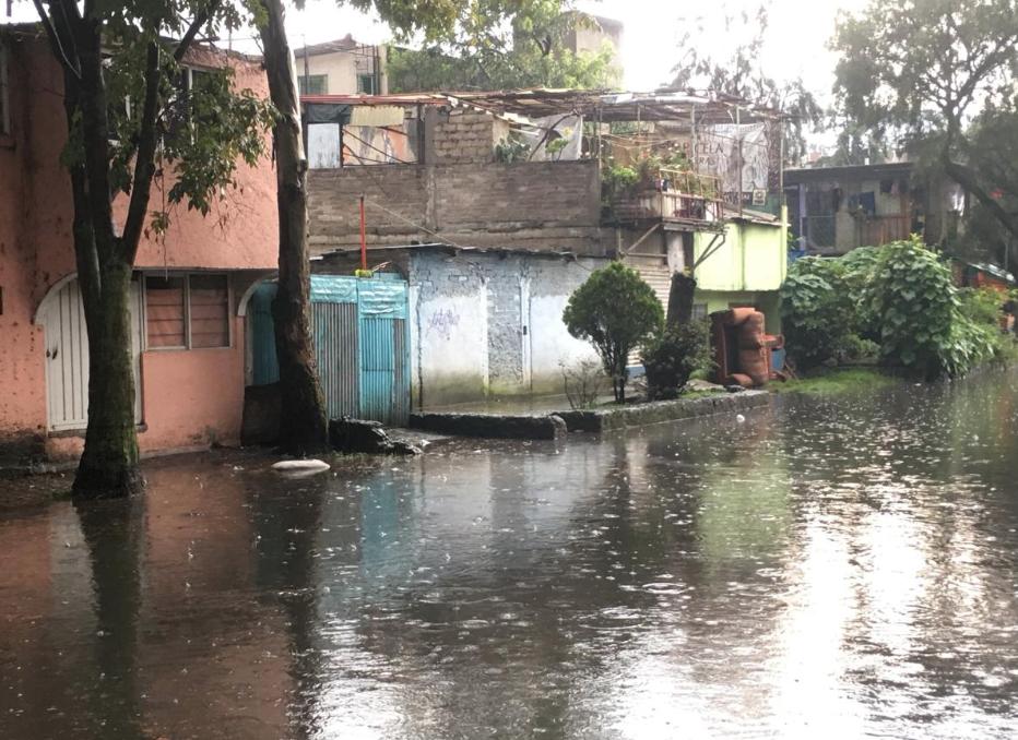 Personal de Protección Civil, de bomberos y el Sistema de Aguas de la Ciudad de México, trabajan para mitigar los encharcamientos e inundaciones queocasionaron las lluvias este miércoles. Foto: @FaustoLugo