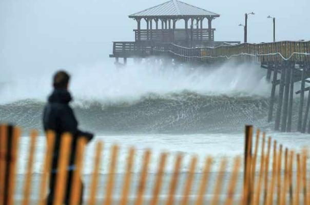 Autoridades reportaron marejadas de hasta cuatro metros de altura en la costa del Atlántico. FOTO: AFP