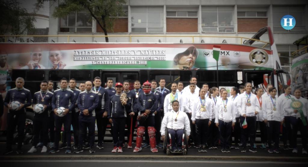 Participan atletas en desfile militar