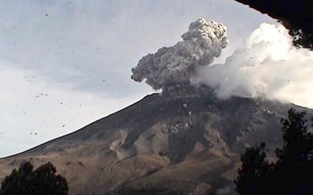 Popocatépetl lanza nueva fumarola de 2.5 kilómetros de altura. Foto: Cenapred