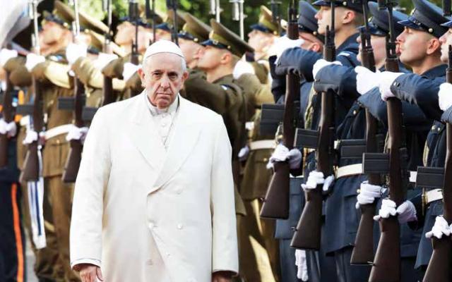 El Papa pasó revista ayer a la guardia de honor, durante la ceremonia de bienvenida en el Palacio Presidencial de Estonia. FOTO: AP