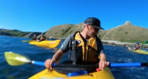 Este es el momento  que una foca abofetea a un  hombre en kayak con un pulpo. Foto:  Instagram: taiyomasuda