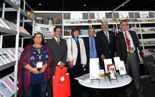 Después de la inauguración de la Feria Internacional del Libro Universitario, el rector de la UNAM, Enrique Graue, visitó el estand del Colegio de Ciencias y Humanidades