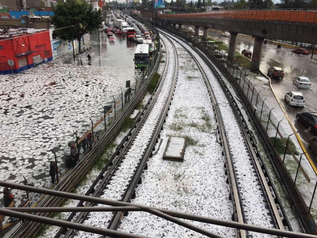 Debido a la fuerte granizada registrada en la capital se realizó el cierre temporal del metro en la estación Oceanía. Foto: Cuartoscuro