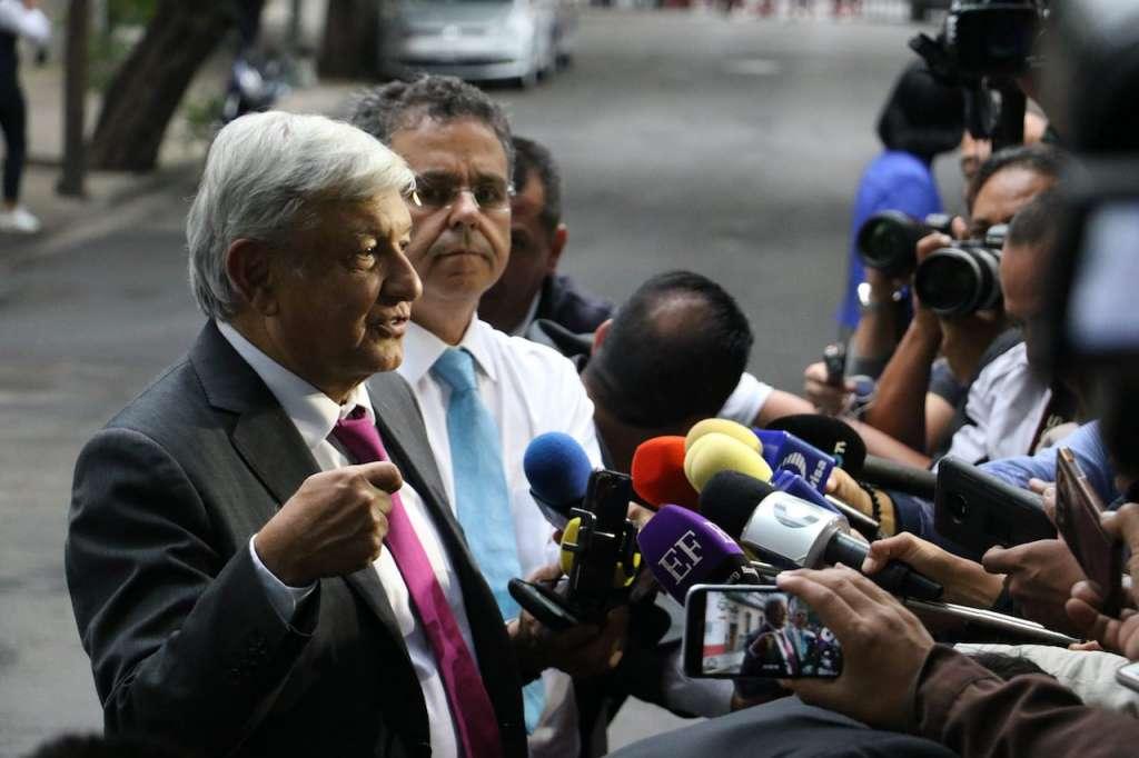 Andrés Manuel López Obrador, presidente electo de México, se reunió la tarde de hoy con gobernadores en la casa de transición ubicado en la colonia Roma.  FOTO: SAÚL LÓPEZ /CUARTOSCURO.COM