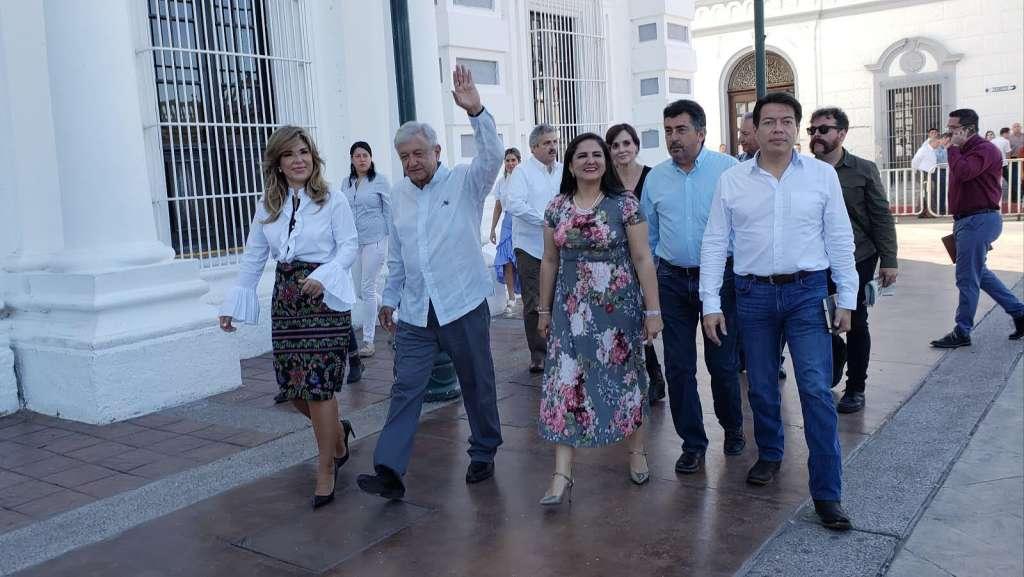 Andrés Manuel López Obrador, presidente electo, se reunió esta mañana con la Gobernadora Claudia Pavlovich, acompañados de Mario Delgado Carrillo, coordinador de los Diputados de Morena en el Palacio de Gobierno de Sonora. Foto: Cuartoscuro