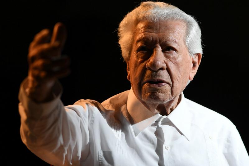 La disciplina y los aplausos del público al terminar una función, es lo que lo mantienen a seguir actuando a sus 93 años de edad