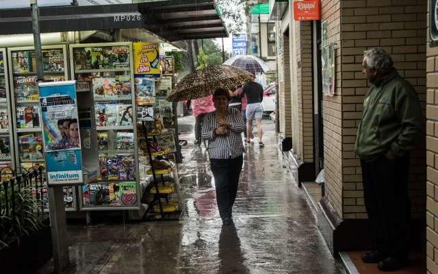 Se recomienda a la población retirar basura de la coladeras, no cruzar calles o avenidas con corrientes de agua, así como ubicar a las mascotas en un lugar seguro. Foto: Cuartoscuro