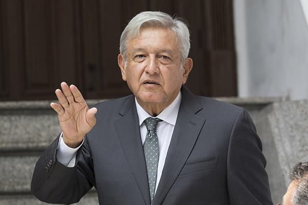 Alejandro Murat recibe a López Obrador en aeropuerto de Oaxaca
