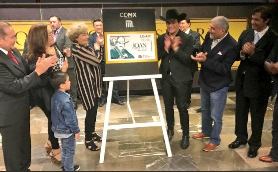 Julián Figueroa, hijo de Joan Sebastian, agradeció al Metro por el reconocimiento y destacó que su padre fue un hombre que siempre luchó contra la adversidad. Foto: @MetroCDMX