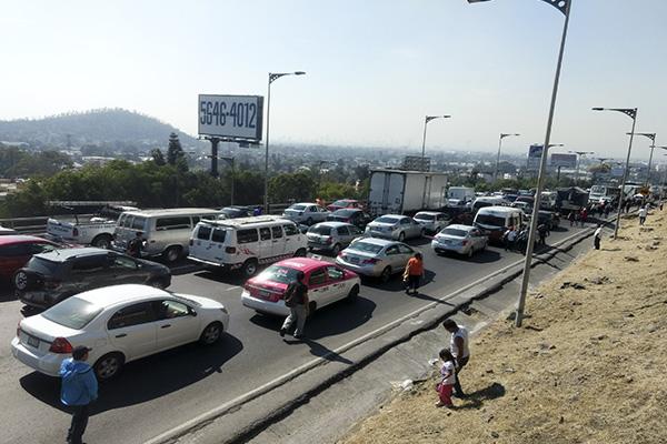 La autopista asentamientos a la altura de Ojo de Agua. FOTO: CUARTOSCURO