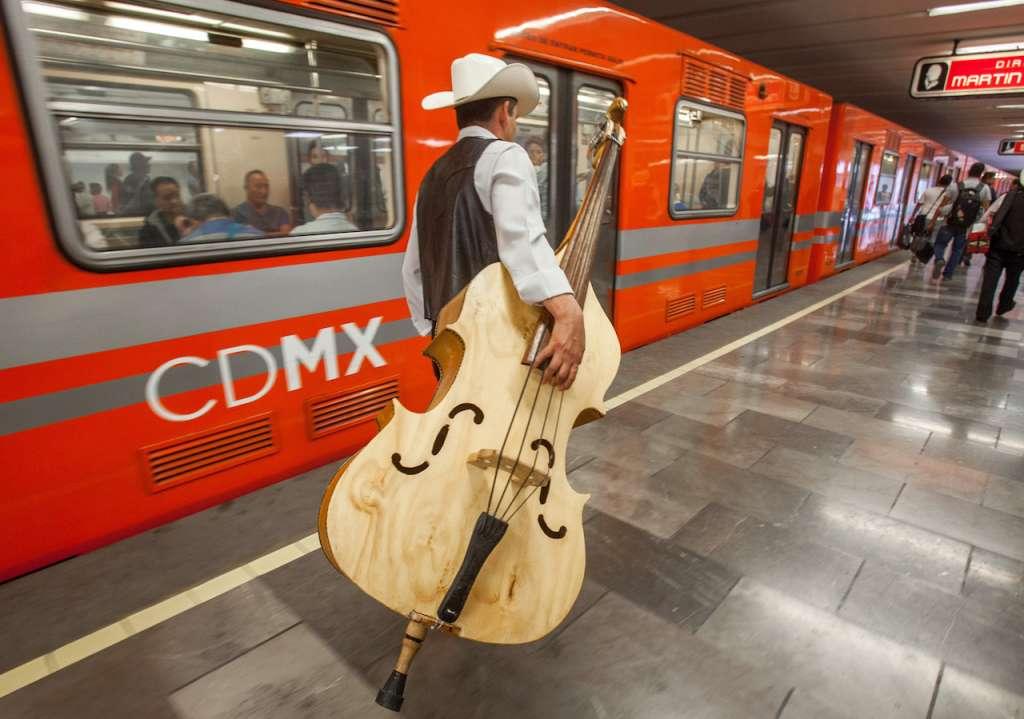 Músicos de origen veracruzano y radicados en el Estado de México, usan a diario el Metro para desplazarse a los restaurantes aledaños a La Villa. FOTO: JUAN PABLO ZAMORA /CUARTOSCURO.COM