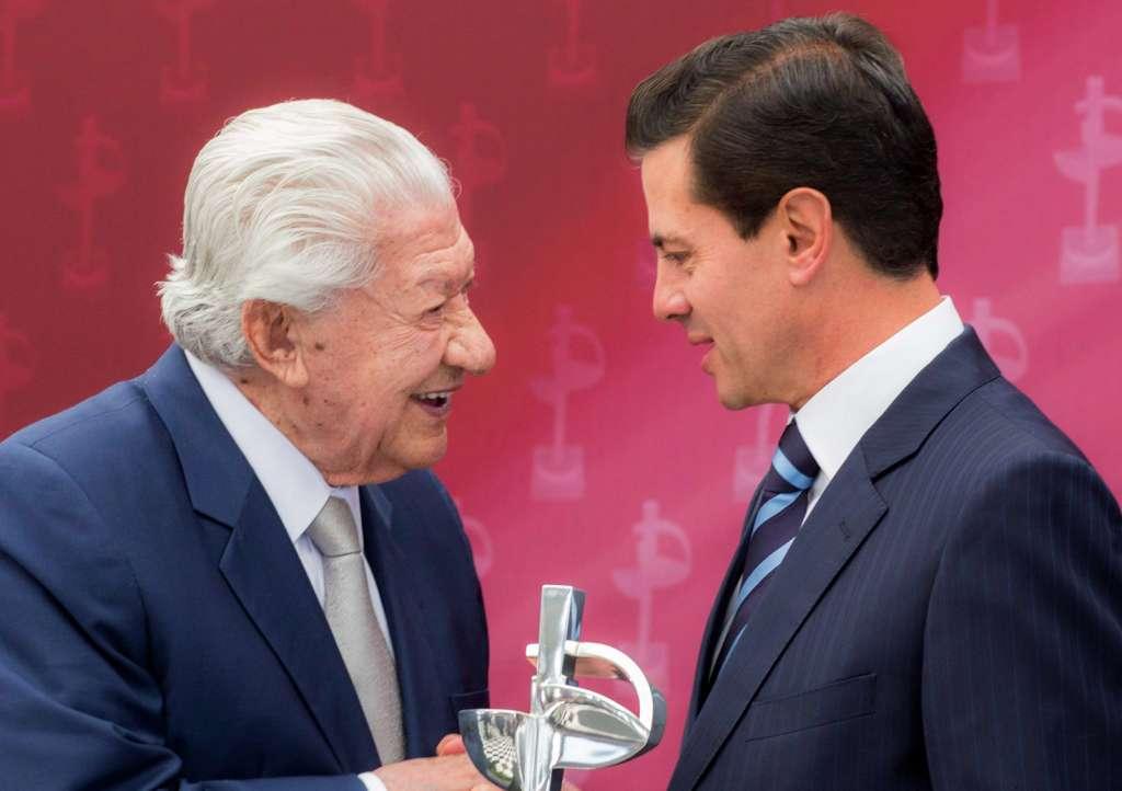 PREMIACIÓN. López Tarso reconoció la gestión de Peña por su apoyo a la cultura. Foto: Especial