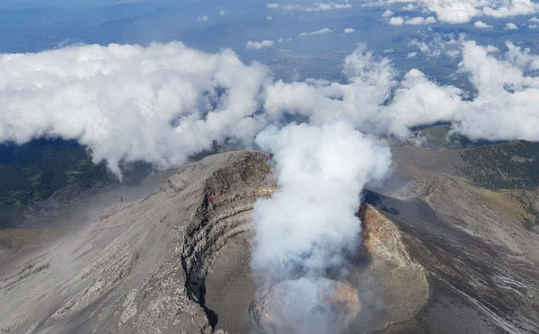 Altura 2.8 km sobre el cráter, dirección oeste. Volcán Popocatépetl. Las laderas se llenan de polvo por los fragmentos que golpean; señala el reporte Foto: Video Protección Civil