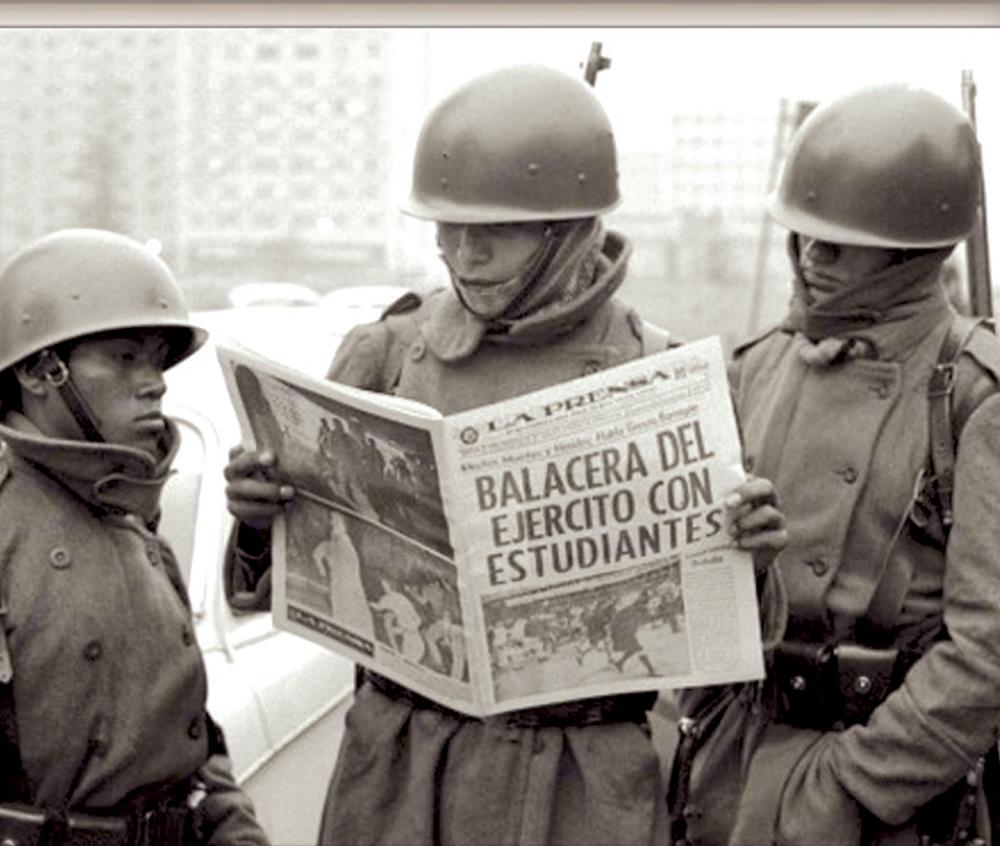 UN DÍA DESPUÉS. Miembros del Ejército revisan una publicación al amanecer. Foto: AP