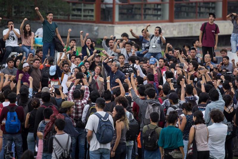 Estudiantes de la Facultad de Ciencias Políticas y Sociales (FCPyS), Economía, Filosofía, y del Centro de Estudios Cinematográficos (CUEC) de la Universidad Nacional Autónoma de México (UNAM) realizaron una marcha hacia Rectoría, se manifestaron al grito de ¡GOYA! y ¡Fuera porros de la UNAM!. FOTO: GALO CAÑAS /CUARTOSCURO.COM