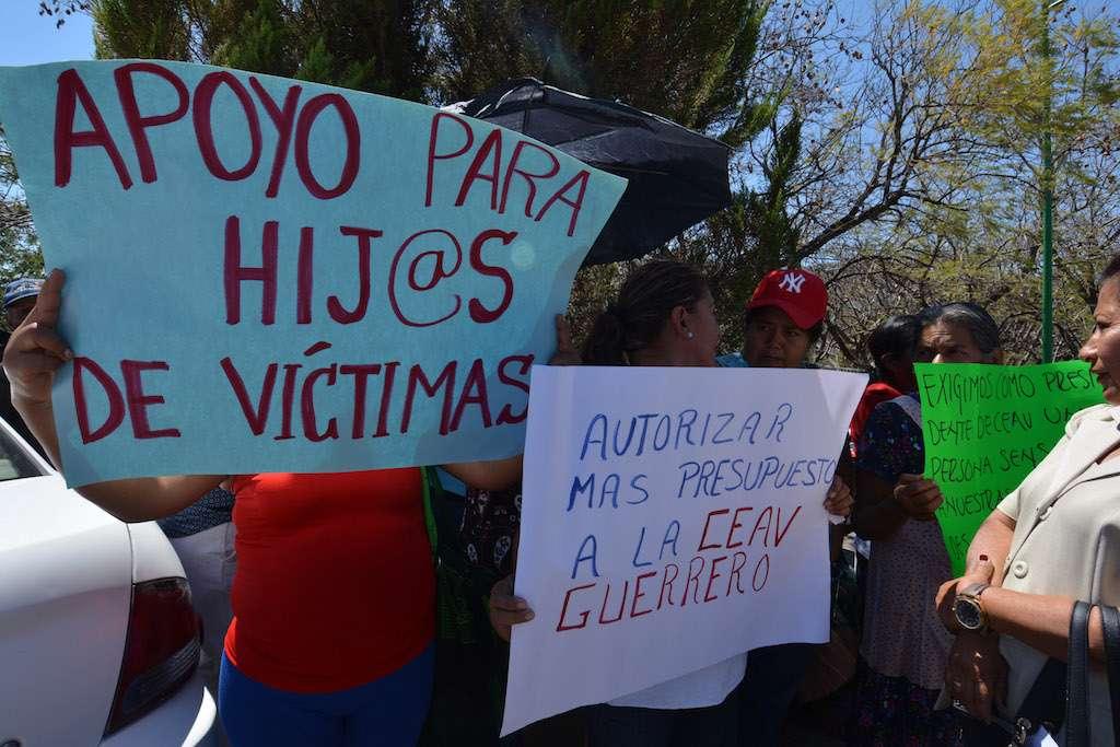 Integrantes del Frente estatal de familiares de desaparecidos protestaron afuera de la puerta dos de Casa Guerrero. Archivo FOTO: JOSÉ  I. HERNÁNDEZ /CUARTOSCURO.COM