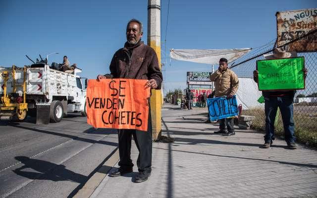 Locatarios de la zona, exigen a las autoridades una pronta resolución a la asignación de lugares y apertura de lo que será el nuevo mercado de pirotecnia.  FOTO: MARIO JASSO /CUARTOSCURO.COM