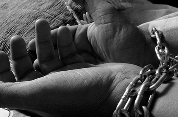 Los primeros informes señalan que la víctima fue torturada con una plancha caliente que le colocaban en el pecho, también le arrancaron las uñas de los pies. FOTO: PIXABAY