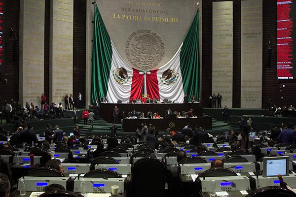 El Muro de Honor de la Cámara de Diputados contiene los nombres de los principales héroes nacionales. FOTO: CUARTOSCURO