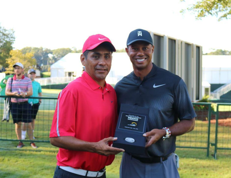 Campos le presentó la moneda conmemorativa a Tiger Woods para la tercera edición del WGC Mexico Championship. Foto: WGC Mexico Championship