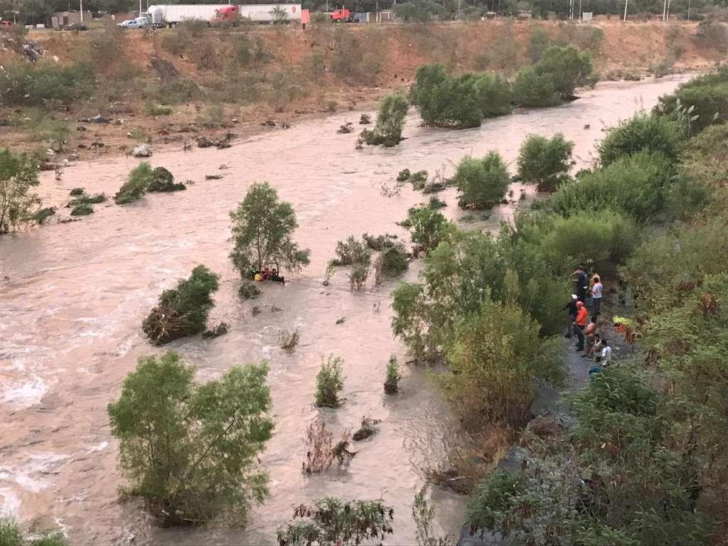 Rescatan a dos niños de la creciente del Río Santa Catarina en Nuevo León. Foto: Cortesía de Protección Civil de Guadalupe, Nuevo León